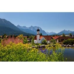 Kirche in Wallgau mit Karwendel