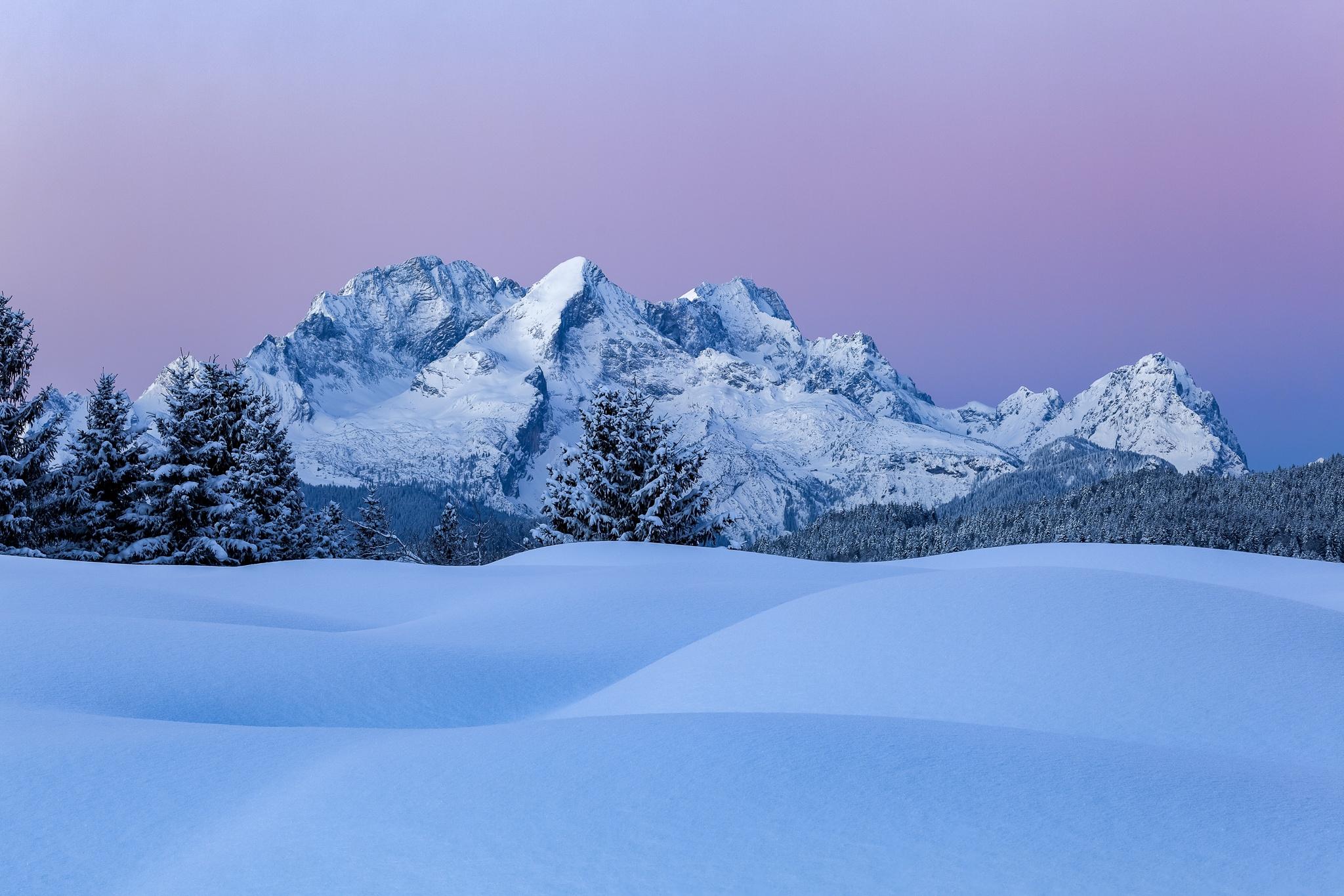 Alpspitze - Zugspitze und Schnee. Winter auf den Buckelwiesen mit Blick zum Wetterstein. Blau-violett färbt sich der Himmel für ein paar Minuten.