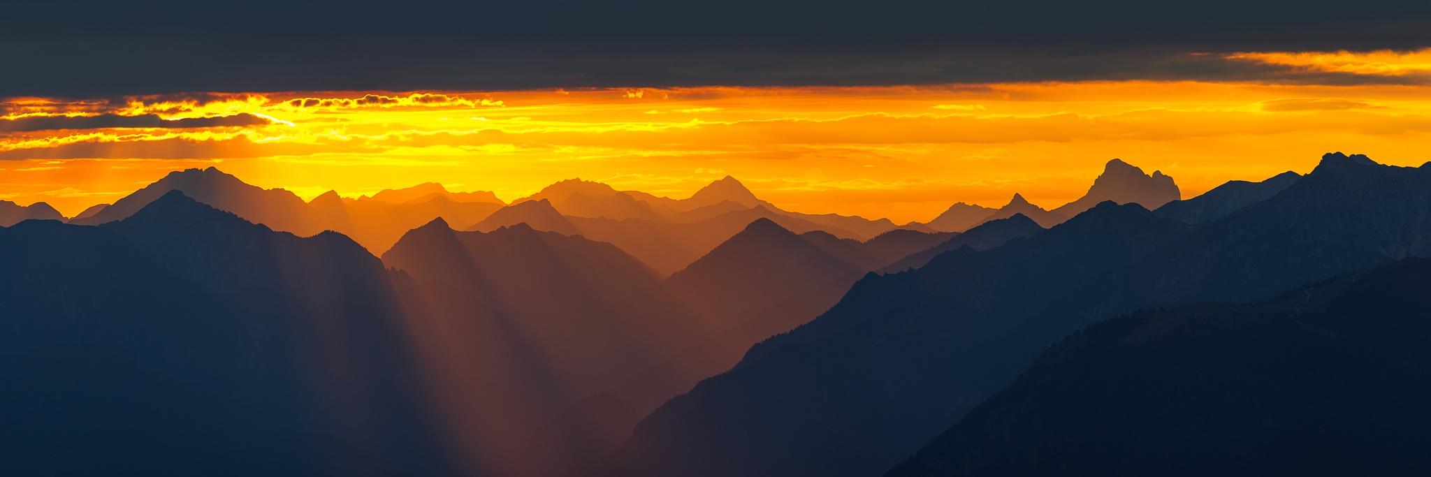 Bergtour im Soierngebirge bei geschlossener Wolkendecke. Kurz vor Sonnenuntergang öffnete sich über Garmisch-Partenkirchen bis ins Außerfern ein Wolkenfenster und die volle Kraft der Sonne erstrahlt das Loisachtal.