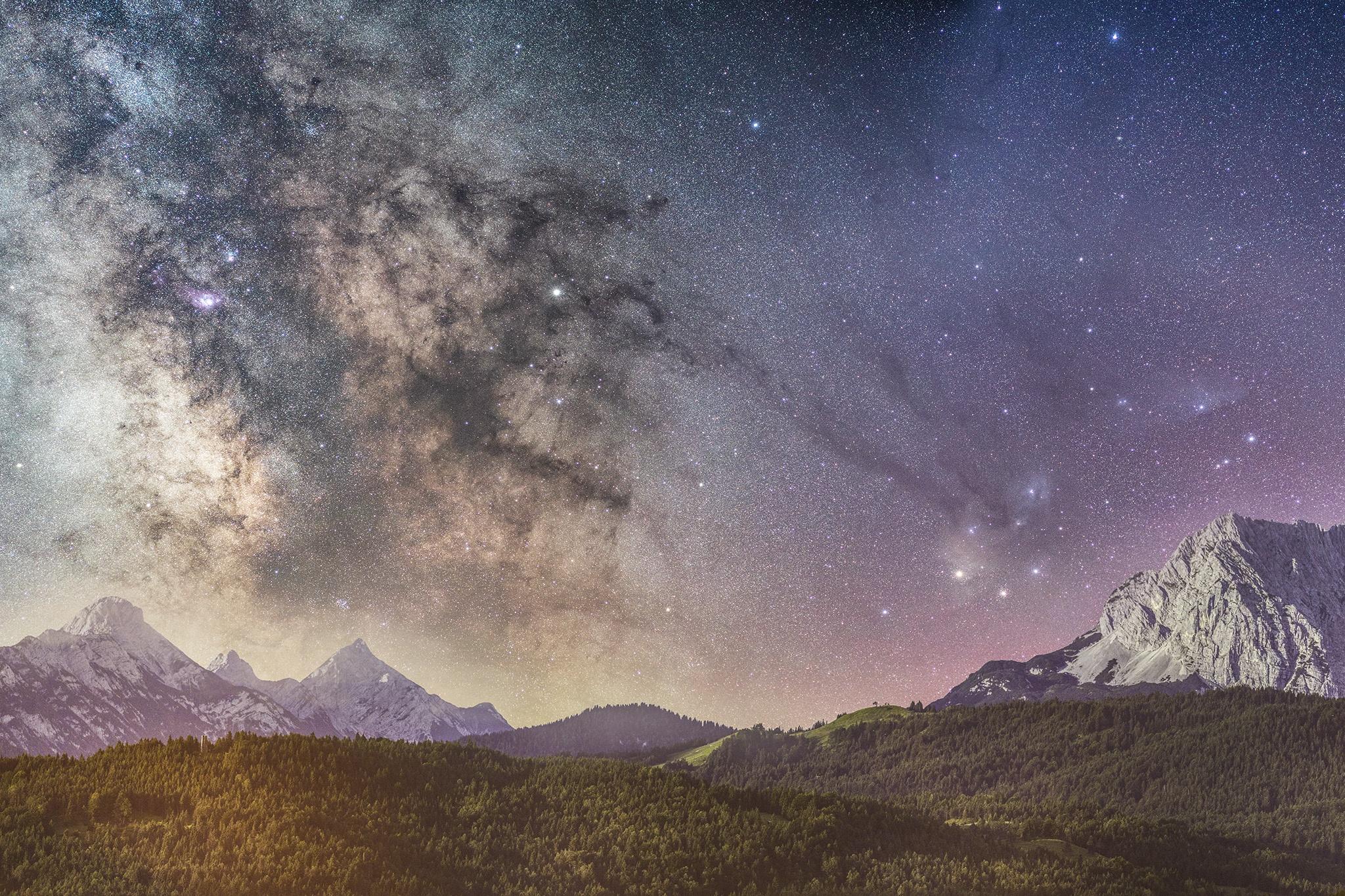 Eine extreme Langzeitbelichtung einer absolut klaren Julinacht im Oberen Isartal bei Krün. Der aufgehende Mond bringt von rechts Licht in die Landschaft und erleuchtet die Arnspitzen Kranzberg und Wetterstein.
