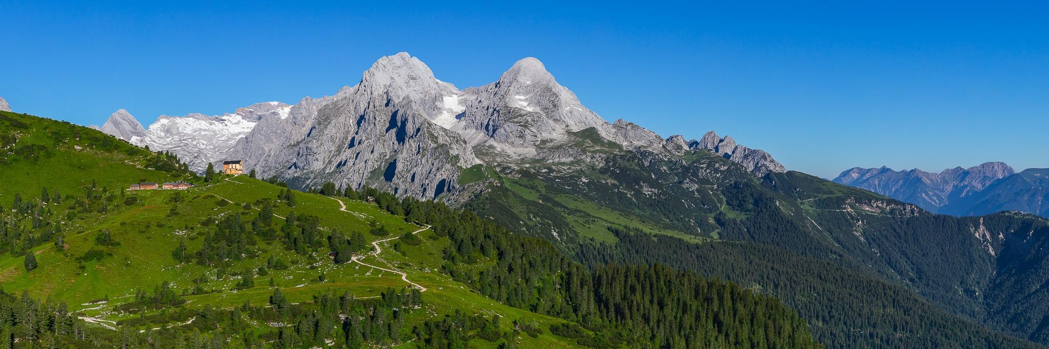 Garmisch-Partenkirchen. Berglandschaft am Schachen mit dem Jagdschloss von König Ludwig II und der grandiose Blick auf die umliegenden Berge. Links oben der Gletscher der Zugspitze