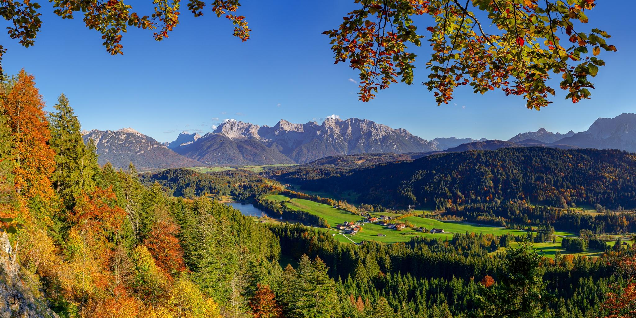 Bergblick auf den Geroldsee, Gerold und das Karwendelgebirge im Herbst, Landschaft in den bayerischen Bergen Alpen Alpenwelt Karwendel