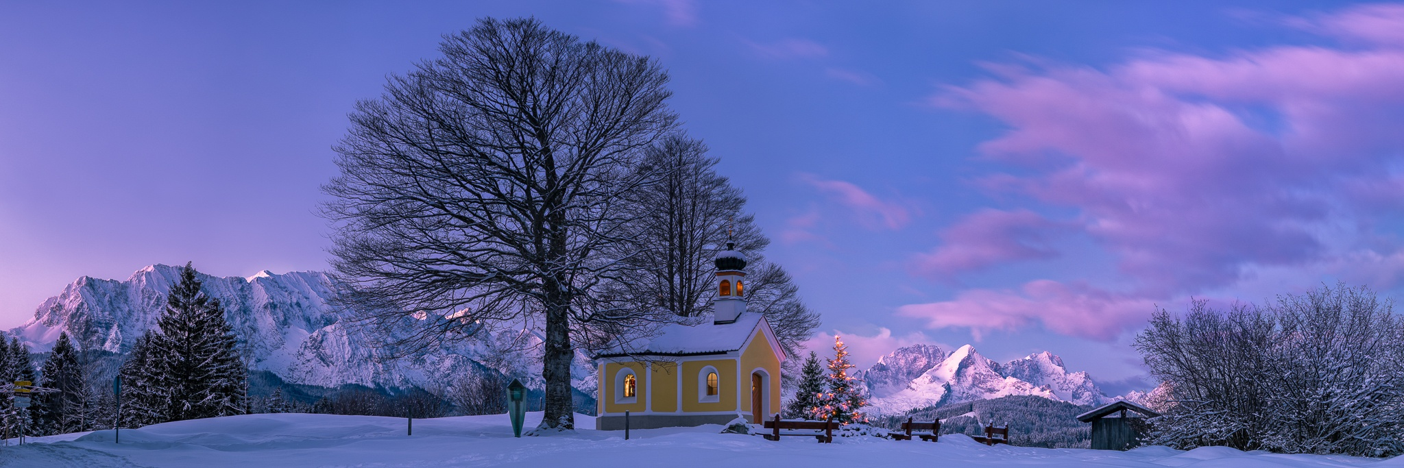 Weihnachtsmorgen in der Alpenwelt Karwendel. Die Kapelle Maria Rast auf den Buckelwiesen mit dem Panoramablick auf das Wettersteingebirge.